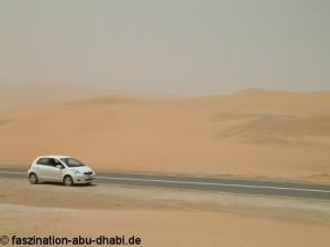In Abu Dhabi erreicht man mit dem Auto schnell das Wüstengebiet.