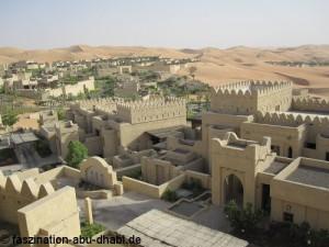 Wie eine kleine altorientalische Stadt wurde das Qasr Al Sarab Hotel zwischen die Sanddünen gebaut.