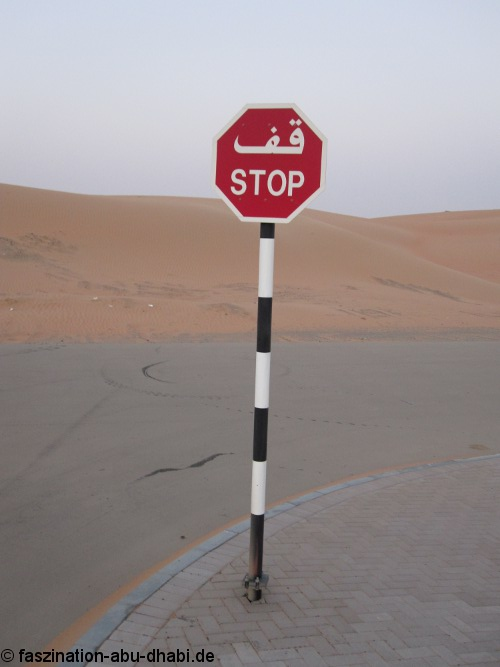 Stop - Manche Straßenverkehrsregelungen sind in den VAE anders als in Europa.