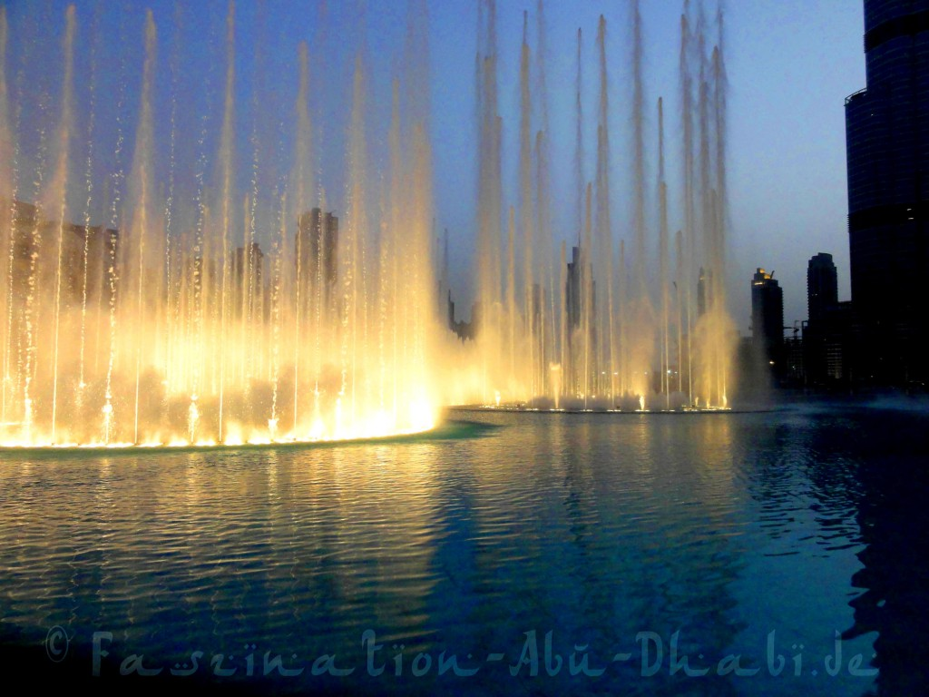 Fontänenshow mit Lichteffekten vor Dubais Hochhauskulisse