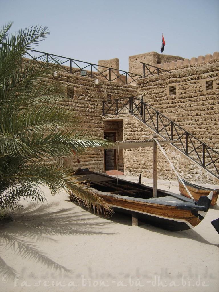 Im Freiluftbereich des Dubai-Museums: Traditionelle Schiffe und Behausungen