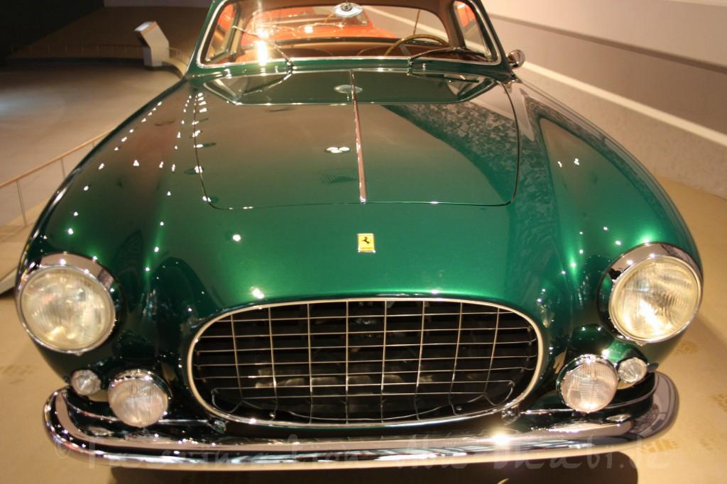 Auch Autos kann man in der Ferrari World natürlich gucken