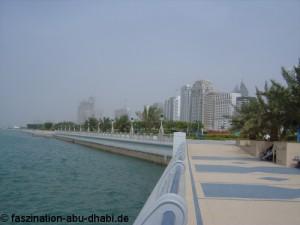 Die Uferstraße in Abu Dhabi wird Corniche genannt und gleicht einer idyllischen Prachtstraße.