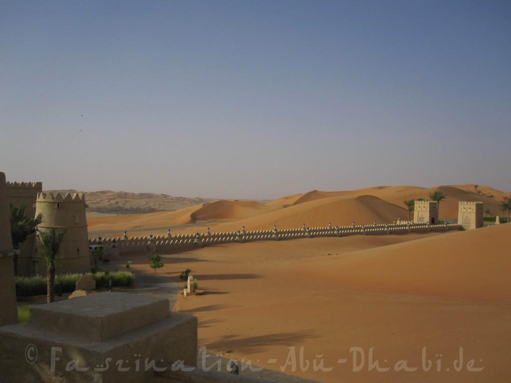 Verheißungsvolle Einfahrt ins Qasr Al Sarab im Emirat Abu Dhabi
