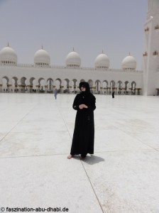 Angemessene Besucherkleidung in Abu Dhabis größter Moschee.
