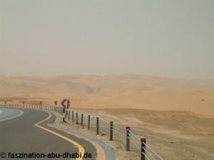 Auf gut asphaltierten Straßen bequem durch die Wüste von Abu Dhabi.