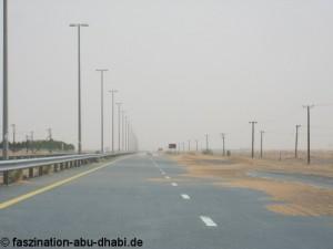 Bewegliche Sanddünen wandern in Abu Dhabi gelegentlich auch auf die Straßen.