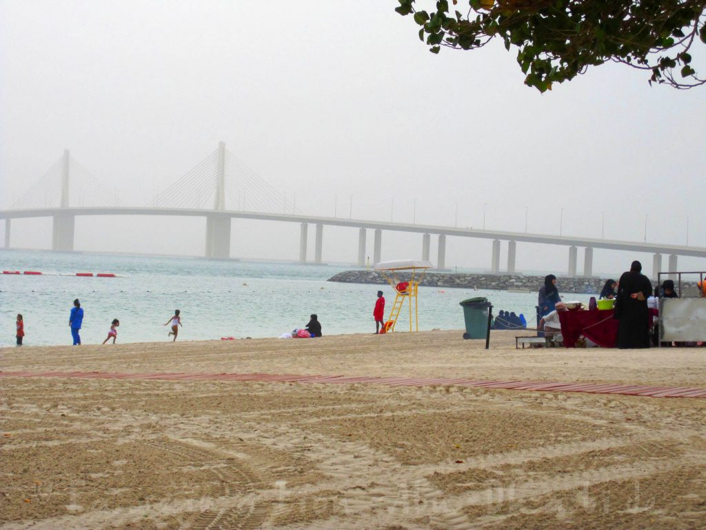 Al Bateen Beach in Abu Dhabi mit Blick auf die Hudayriat Brücke
