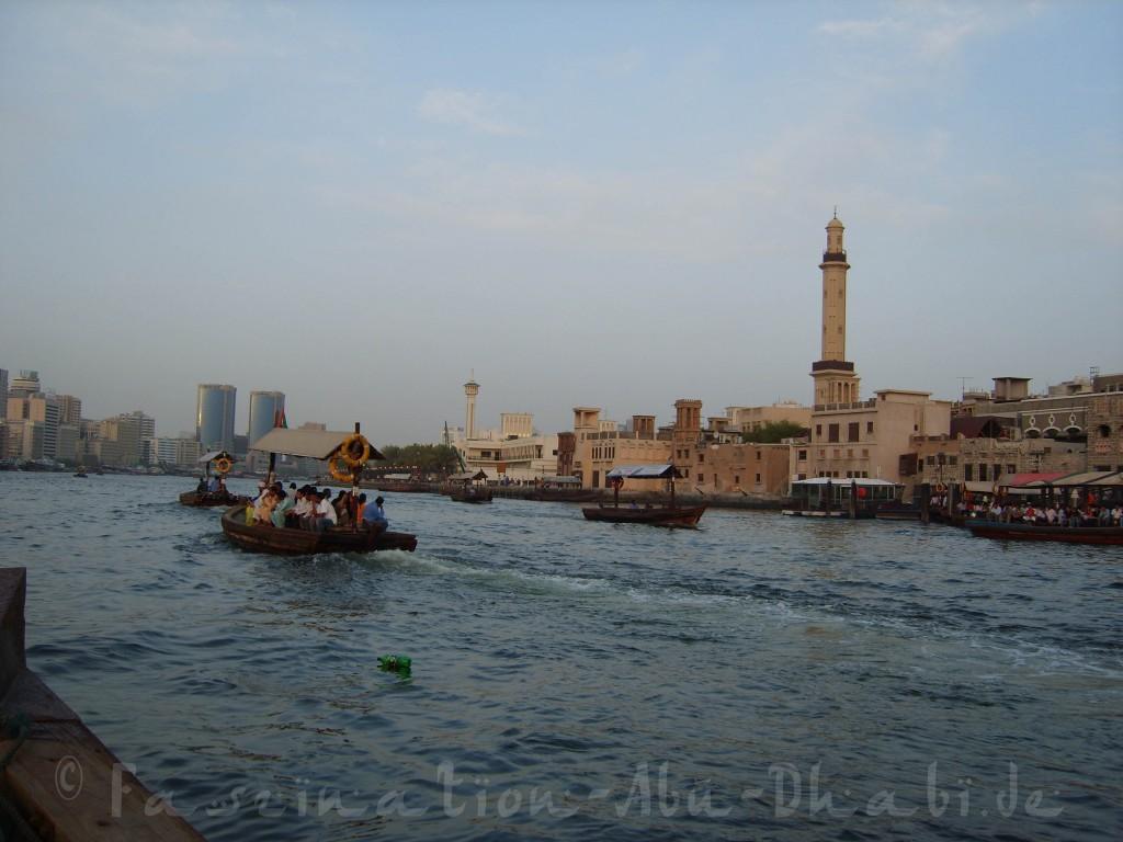 Impression von unserer privaten Abra-Fahrt auf dem Dubai Creek: Wassertaxis allerorten