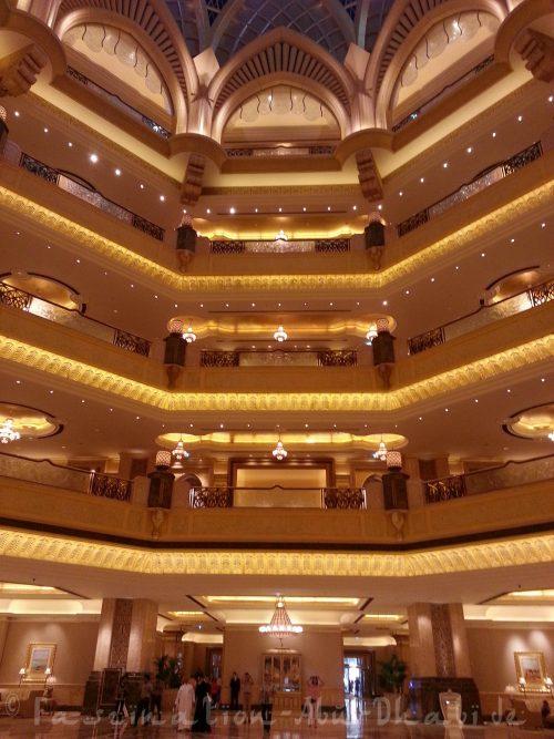 Die golden glänzende Kuppel der Emirates Palace Lobby
