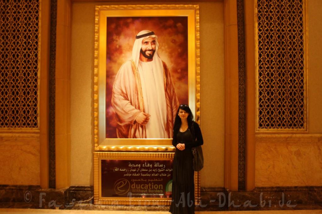 Posieren vor dem Gemälde des Vaters der Nation, Scheich Zayed