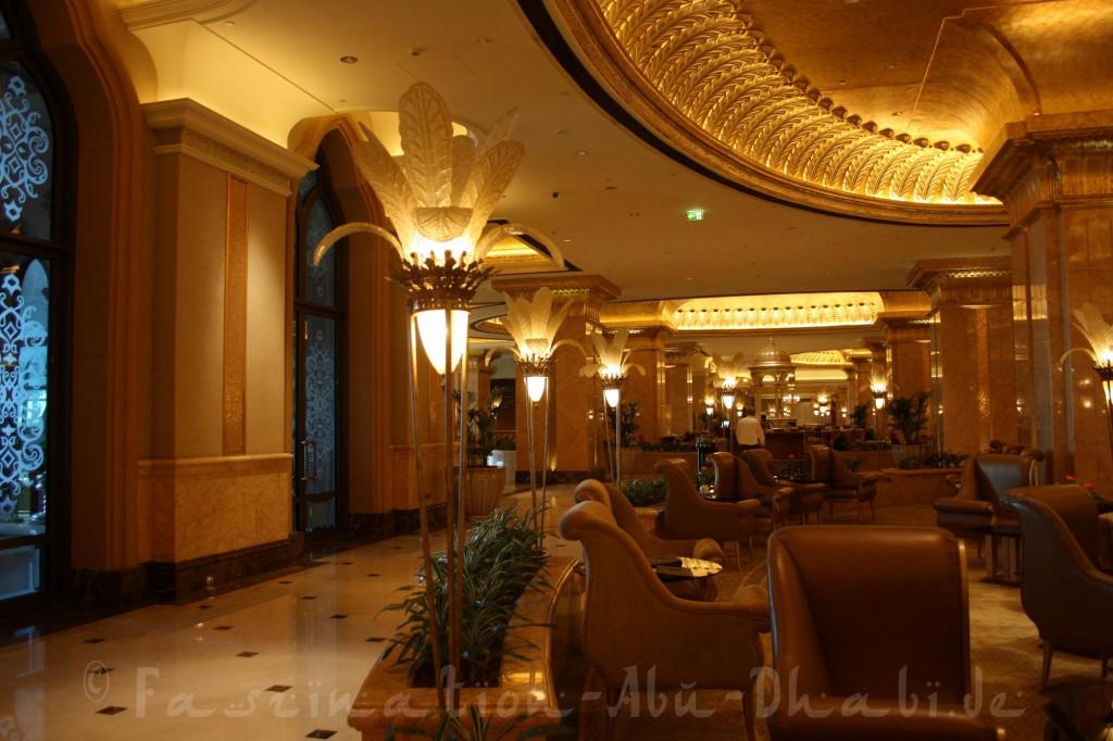 Sitzgelegenheiten im pompösen Le Café im Emirates Palace
